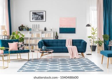 Moquette à motifs dans le salon rose et bleu intérieur avec canapé contre mur blanc avec peinture