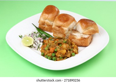 Pav bhaji with bread, onion