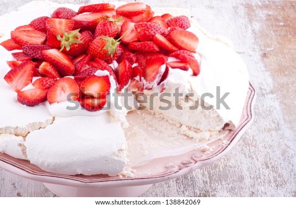 gâteau de pavlova à la fraise