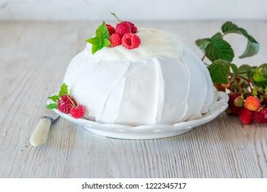 Pavlova meringue cake with raspberries