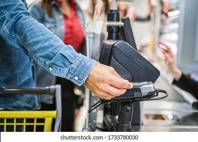 Pago con tarjeta sin contacto en un supermercado