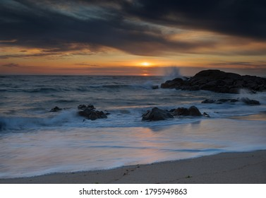 Coucher de soleil paisible sur la plage de Viana do Castelo, Portugal