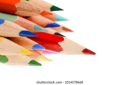 The peaks of crayons arranged on the table