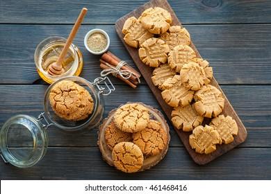 Erdnussbutter und Honigkekse auf dunklem Holzhintergrund. selektiver Fokus