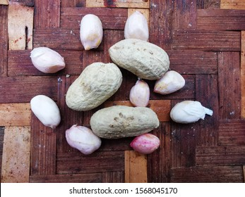 Peanut seeds - Before and after removing the peanuts shell