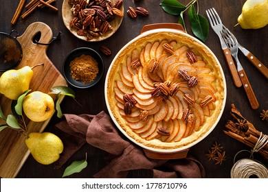 Birnenstart, Kuchen oder Kuchen mit frischen Birnen, Zimt- und Pekanüssen
