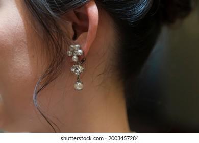 花嫁の左耳に真珠のイヤリング