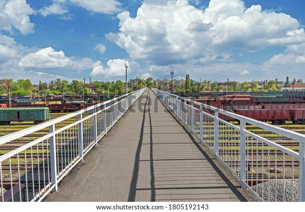 pedestrian-bridge-over-railway-yard-600w