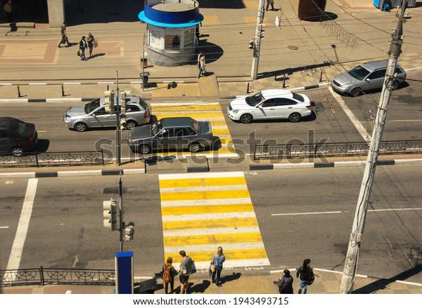 pedestrian-crosswalk-yellowwhite-zebra-o