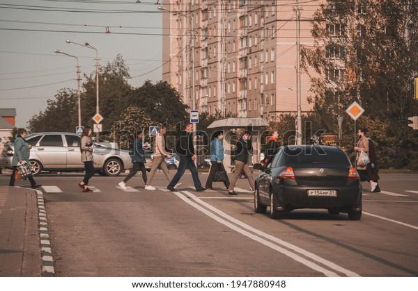 pedestrians-masks-cross-road-single-600w