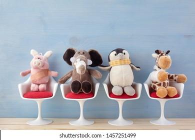 Kinderarzt. Spielzeugtiere sitzen im Krankenhaus auf dem Stuhl. Gesundheitszentrum für Kinder.
