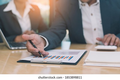 Peer meetings using graphs to summarize and analyze company financial statements and long-term returns. Ideas for starting a finance and banking business