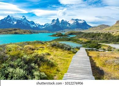Lago Pehoe y montañas Guernos hermosos paisaje, parque nacional Torres del Paine, Patagonia, Chile, Sudamérica