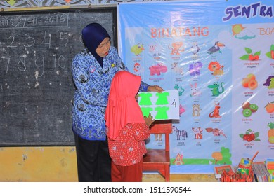 pekalongan / Indonesia - October 16, 2017: the teacher is explaining to kindergarten students who come to the front of the class