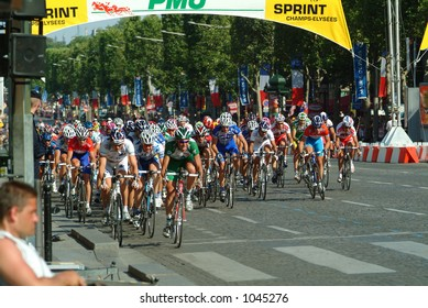 Peleton onthe Champs Elysees - Paris 2004 Tour de France