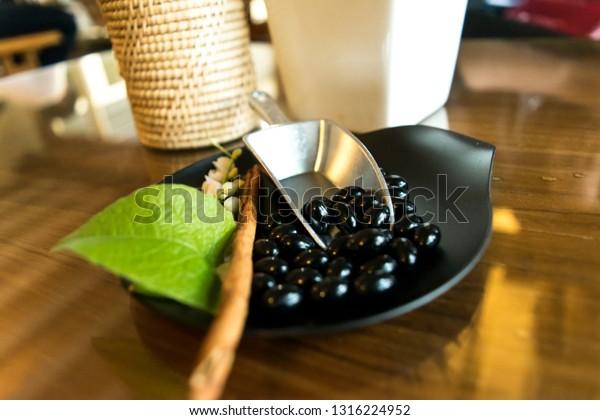 Pellets of red seaweed pellets, clear gel, natural style