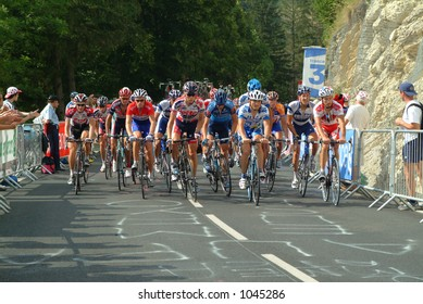 Peloton on the Villard de Lans stage final climb - 2004 Tour de France