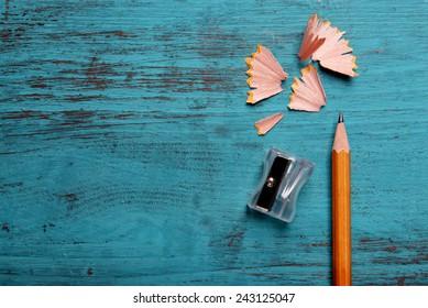 Πέντε φωτογραφίες σχετικές με υλικά ζωγραφικής Pencil-sharpening-shavings-on-color-260nw-243125047