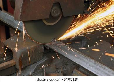 Pendular electric saw for metal cutting
