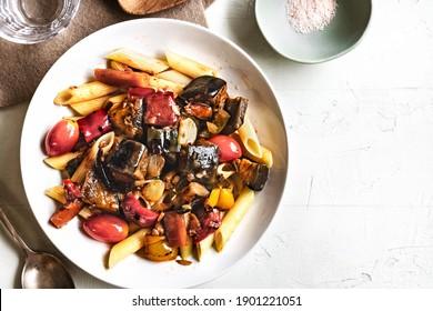 Penne avec sauce au poivre d'aubergine Bell Carotte et Cherry tomato