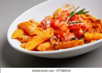 Penne in tomato-cream sauce with juicy chicken breast combined with olives, parmesan cheese and sun dried tomatoes.