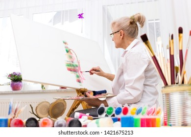 Pensioner goes after her hobby in the atelier