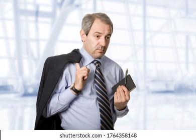 un homme d'affaires à la maturité, au bureau