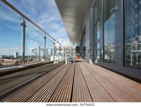 Wohnungsbalkon mit Holzsteg