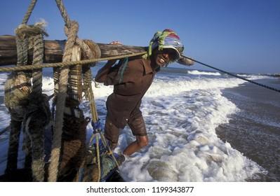 People ar fishing at the coast of Nagombo at the westcoast of Sri Lanka in Asien.    Sri Lanka, Nagombo, December, 2003