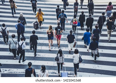 People crossing the pedestrian crossing in Osaka