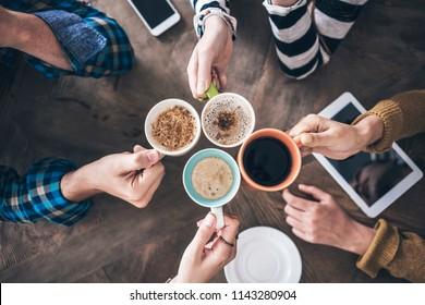 Menschen, die Kaffee trinken Hochwinkelsicht
