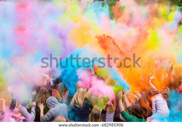 Menschen beim Festival der Farben