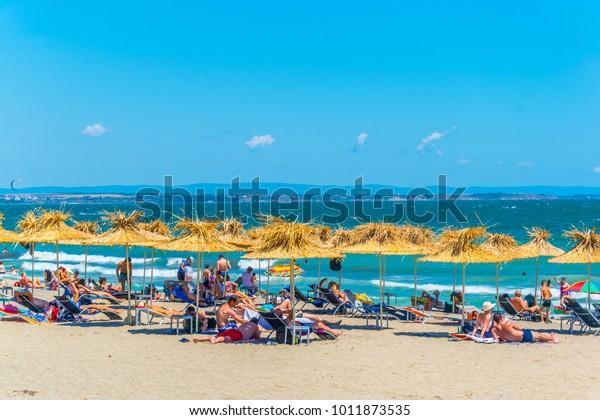 Die Menschen genießen sonnigen Tag an einem Strand in der bulgarischen Stadt Burgas.