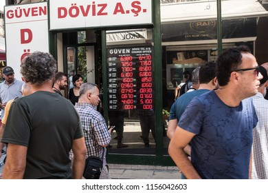 People exchange their money at a currency exchange office in Istanbul, Turkey, 14 August 2018.