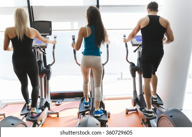 People exercising in gym to keep body in shape
