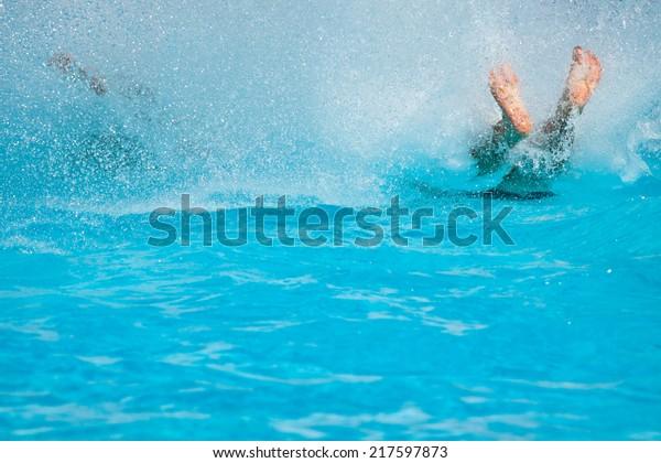 遊び、水上公園を滑る人々。