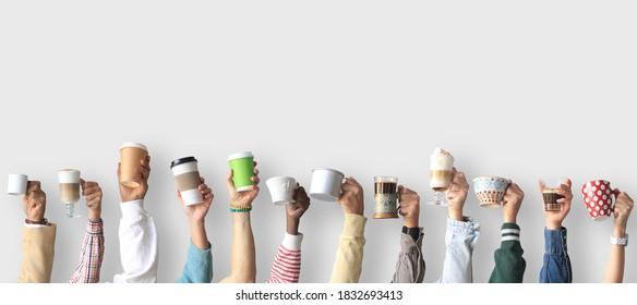 La gente está sosteniendo tazas y tazas de papel de café. Concepto sobre el tema de los cafés y el café.