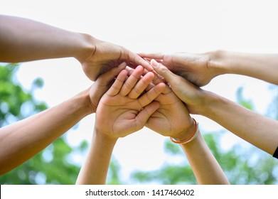Die Menschen schließen sich den Händen, um ihre Einheit auszudrücken.