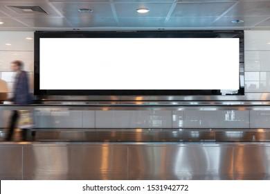 Menschen, die Blank-Plakatwand im Stadtgebäude sehen, schossen in die U-Bahn-Station. Nützlich für Ihre Werbung. Selektiver Fokus.