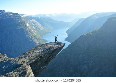 people on the cliff edge at trolltunga