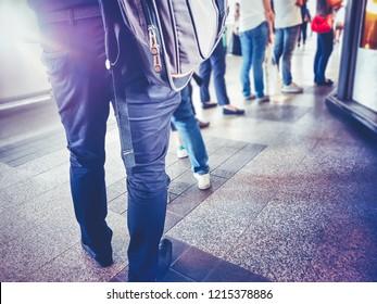 Leute in der Warteschlange warten auf etwas. Zurück von Mann und Frau Ordentliche in Übereinstimmung mit dem Schwergewicht