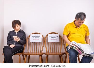 Personnes assises entre deux chaises dans un lieu public, avec Distancing Social, Ne pas Asseoir la signalisation pour empêcher la propagation de la pandémie de Covid-19