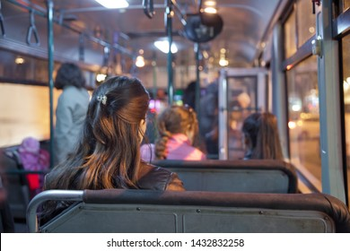 Menschen, die auf einem bequemen Bus sitzen, selektiver Fokus und unscharfer Hintergrund. Es ist die Hauptfahrgäste im Bus. Leute in alten öffentlichen Bus, Blick von innen aus Bus.