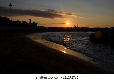 people watching sunrise at sea