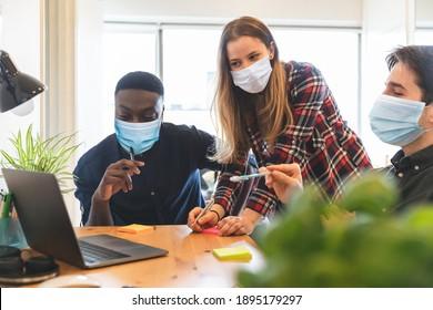 Menschen mit Gesichtsmaske in kleinen Hausbüros - Neue Arbeitssituation, intelligente Geschäftstätigkeit während einer Koronavirus-Pandemie