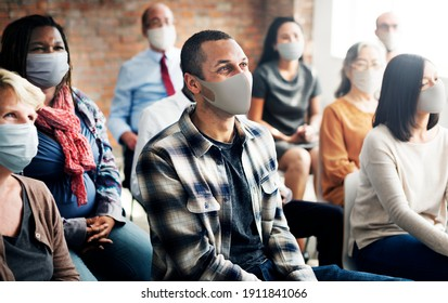 Menschen, die während eines Workshops eine Maske tragen