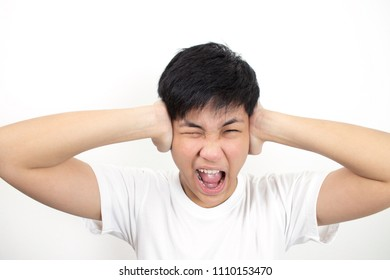 People wearing white shirts feel Have an earache.