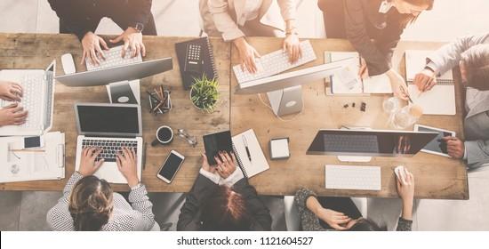 Menschen, die an einem Tisch arbeiten