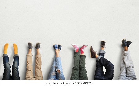 People's legs at the wall during a break in work