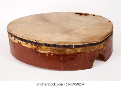 Percussion, pounding, pounding, fingers pounding a percussion instrument On a white background.